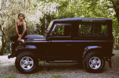 Modella con Land Rover Defender 2