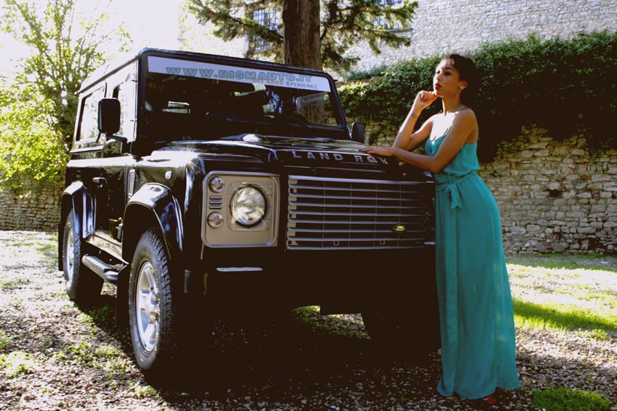 Modella con Land Rover Defender 3