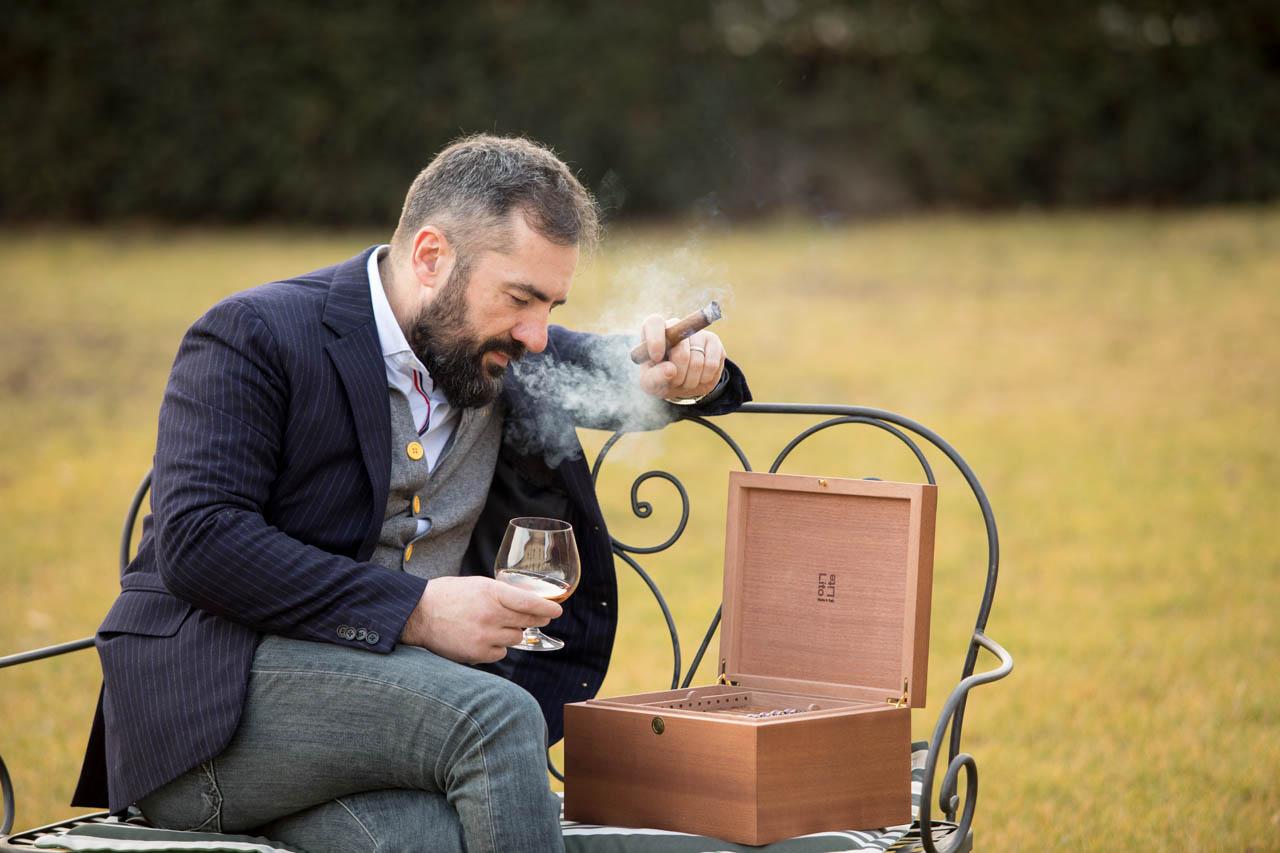 Uomo fuma sigaro e Humidor LitoLite