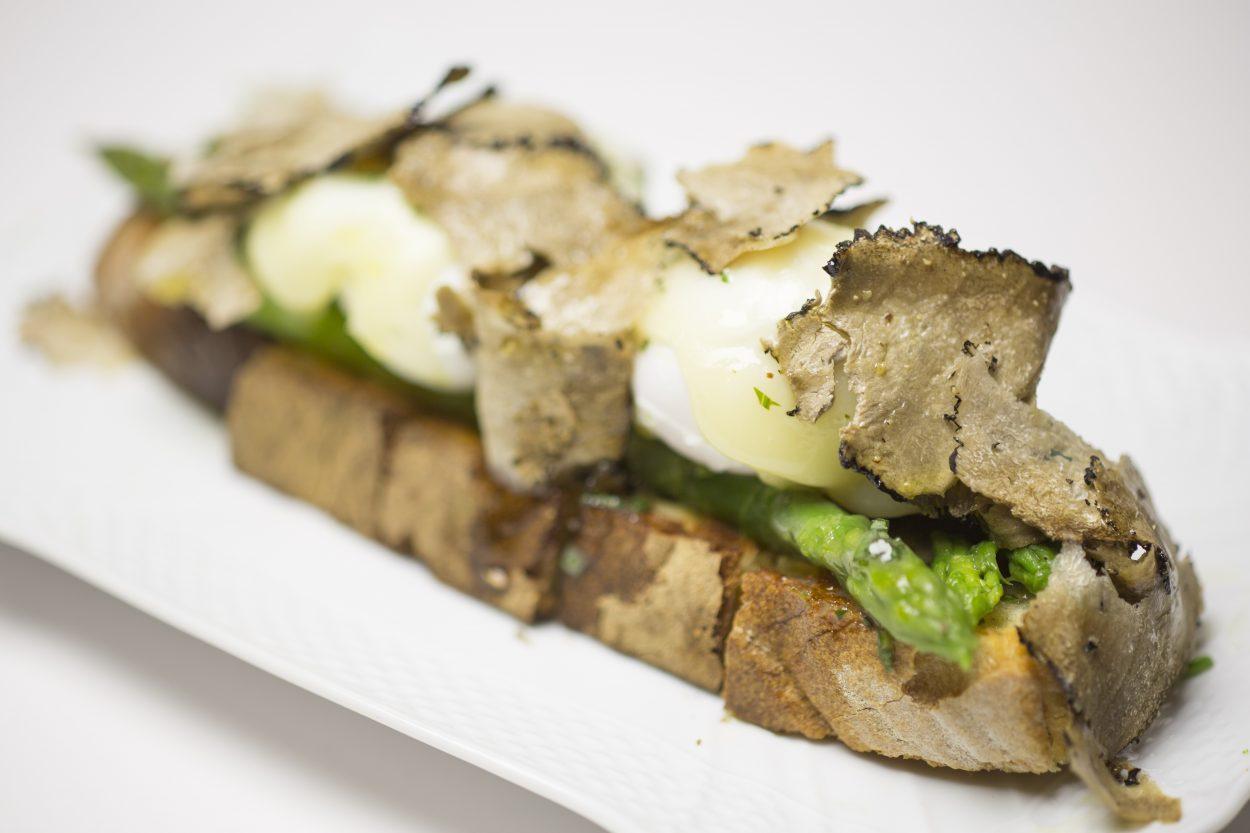 Crostone uovo, gli asparagi, pecorino e tartufo