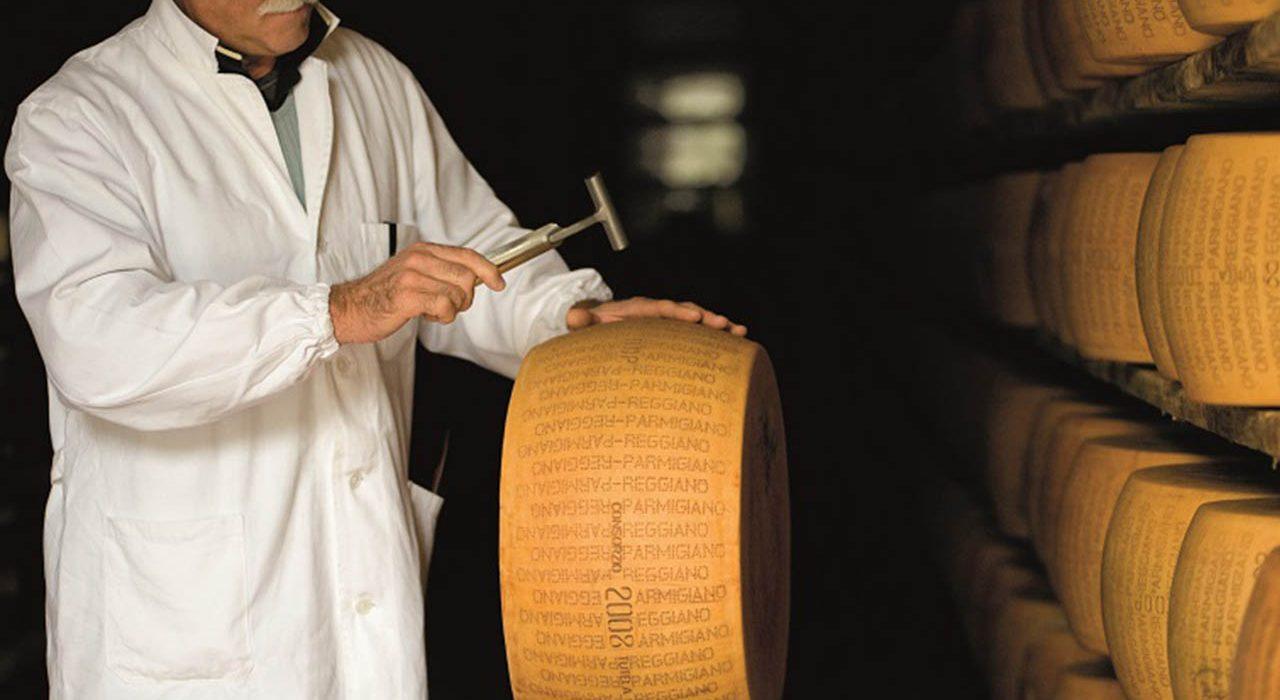 Parmigiano Reggiano, esperto battitore