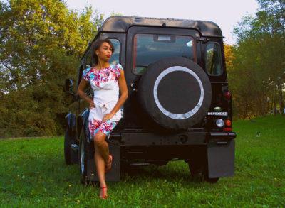 Modella con Land Rover Defender 1