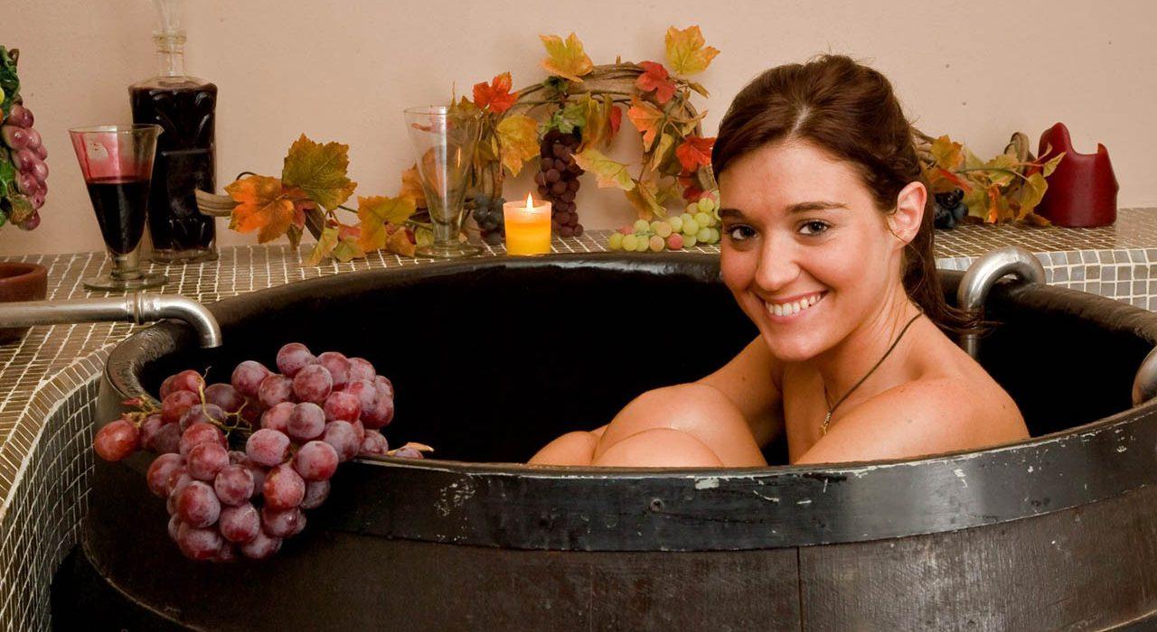 Camera con vigna, ragazza in tinozza di vino